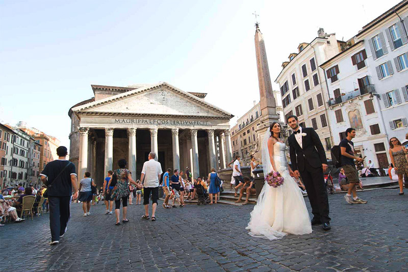 Couple posing for wedding photos in front of the Pantheon