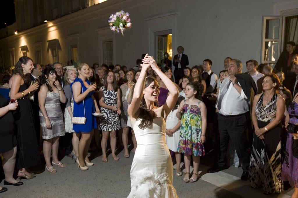 Wedding reception tips on the open bar